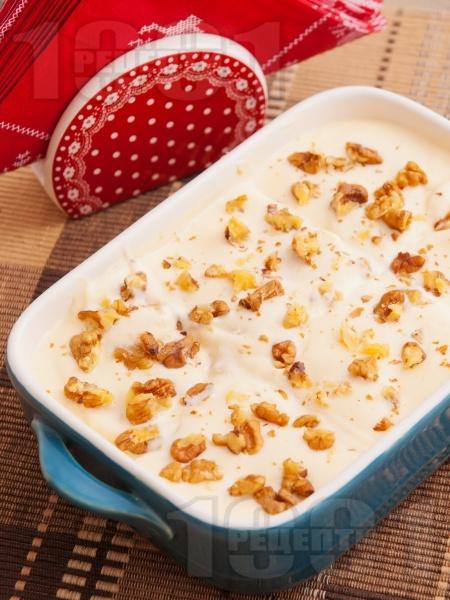 Лесна домашна бишкотена торта с крем от сирене маскарпоне, кондензирано мляко, течна сладкарска сметана и орехи - снимка на рецептата